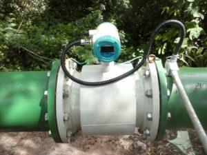 Medidor de vazão eletromagnético instalado em campo